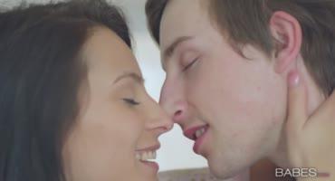 Милфа с пышной грудью показала девушке сына как нужно действовать с ним