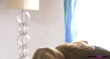 смотреть Зрелая мамка учит девушку, как нужно удовлетворять её сына