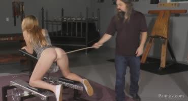 Рыжеволосую бестию жестко шлепают по попке и доводят до оргазма