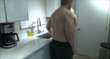 Влюбленная парочка нежно трахается на кухне