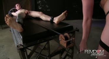 Сочная милфа заковала парня в кандалы и как следует с ним развлеклась