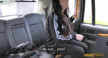 Девушка в такси расплатилась за поездку старинным способом