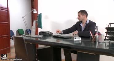 Начальник в офисе дрючит свою зрелую секретаршу