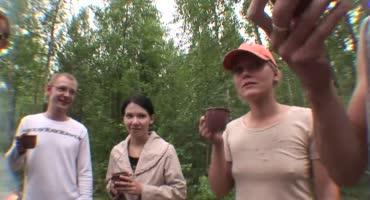 Пьяные студентки развлекаются с одногруппниками в лесу