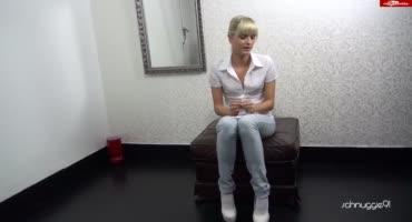 Блондиночка вставила секс-игрушку в вагину и трахается рачком