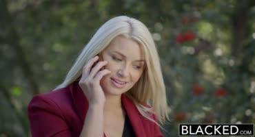 Чтобы получить этот контракт блондинка готова даже потрахаться с негром
