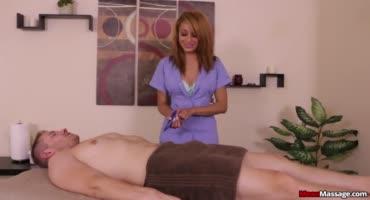 Пришел на массаж, а мужика связали и надрочили ему член