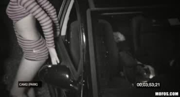 Азиатка Алина Ли ночью раздвинула ноги для двух парней в машине