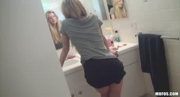 Эми Брук даже в ванной комнате не может избежать приставаний со стороны парня
