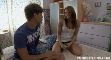 Парни трахают девушку подросткового возраста в попу