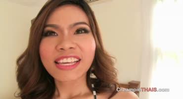 Стройная брюнетка азиатской внешности, приняла член и сперму в киску