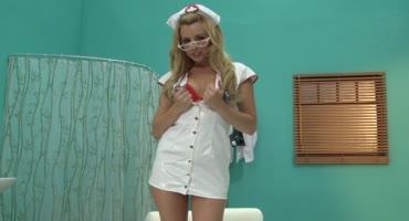 Возбужденная медсестра помогает весело провести время пациенту