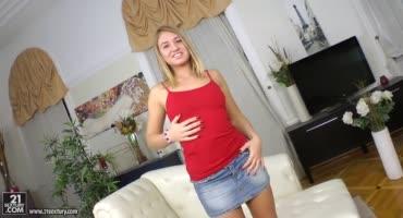 Юную блондиночку трахают на кастинге в каждую из её узких дырочек