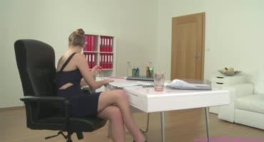 Ласковая девица в офисе очень классно творит разврат