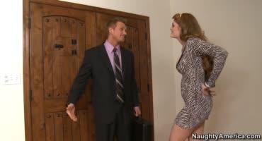 Молодая порно актриса трахается с опытным партнером