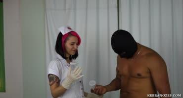 Молодая медсестричка помогла больному сдать правильно анализ спермы