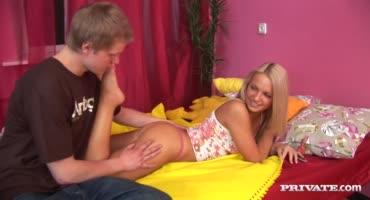 Подкрался к блондинку с заду и напал на ее анальную дырочку