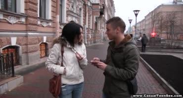 Русскую брюнетку сняли прямо на оживлённой улице