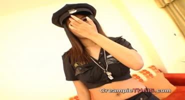 Молоденькая азиатка из полиции резвится с преступником