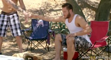 Молодая пара развлекается в палатке на природе