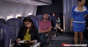 Гламурная стюардесса так сильно возбудилась, что стала трахаться с пассажиром