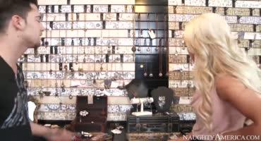 Блондинка пришла купить сувенир, но ей понравился продавец и его член