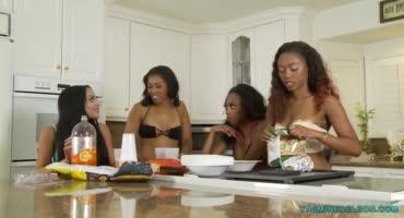 Три негритянки и латинка упиваются жаркими лесбийскими ласками