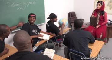 Страстную учительницу оттрахали темнокожие парни - толпой