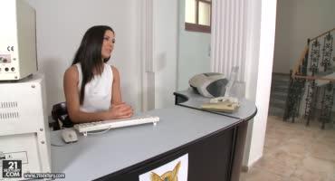 Сексуальную секретаршу трахает её босс в своем кабинете