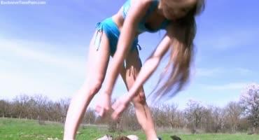 Девушка показала свою волосатую киску на природе