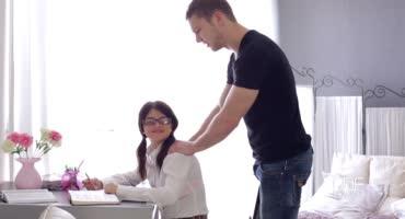 Милая студентка отблагодарила парня за помощь с домашкой