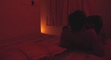 Скрытая камера засняла, как в номере отеля азиатка отсасывает клиенту
