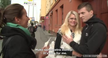 Предложили парочке деньжат и те согласились устроить свингер секс