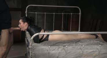 Два мужика жестко трахают брюнетку и доводят вибратором до оргазма