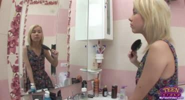Хрупкая блондинка дает в ванной возбужденному дружку