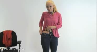 Молодая блондиночка раздевается перед видео камерой