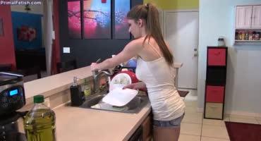 Хотела помыть посуду, но вместо этого пришлось дрочить возбужденному мужу