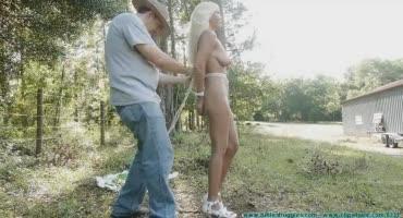 Голую блондинку связывают и наряжают в кролика
