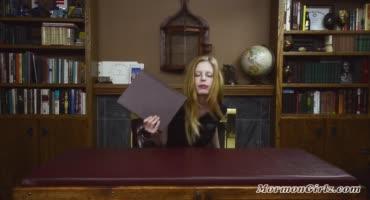 Студентка залезла на стол и с помощью игрушек получает оргазм в библиотеке