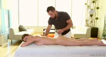 Парень дал в рот милочке во время массажа
