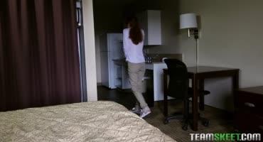 Рыженькая Эбби Рэйн не вовремя вошла в комнату своего брата