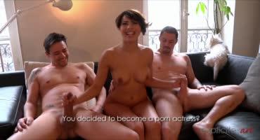 Привлекательная француженка развлекается с двумя парнями