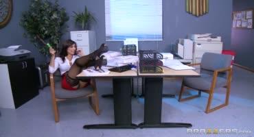 Соблазнительна секретарша отвлекла босса от работы и была жестко оттрахана