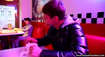 Парень запикапил в кафе русскую девку с азиатской внешностью