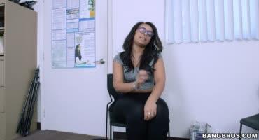 Пышная латиночка развлекается со своим врачом