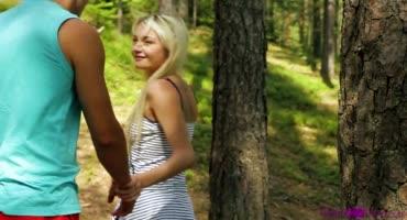 Прогулялись по лесу и совокупились с хорошим видом