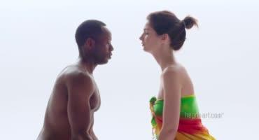 Массажистка доводит темнокожего парня до полного оргазма