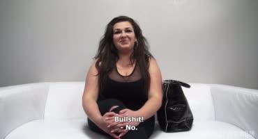 Толстушка ублажает агента на кастинге, а тот кончает ей в рот