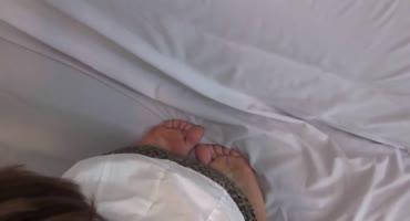 Парнишка после небольшого отсоса кончил на ноги