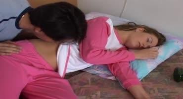Отец пришёл в комнату к спящей дочке и трахнул её даже не разбудив